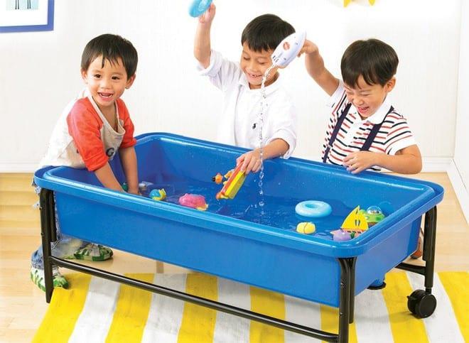 cho trẻ chơi với cát và nước