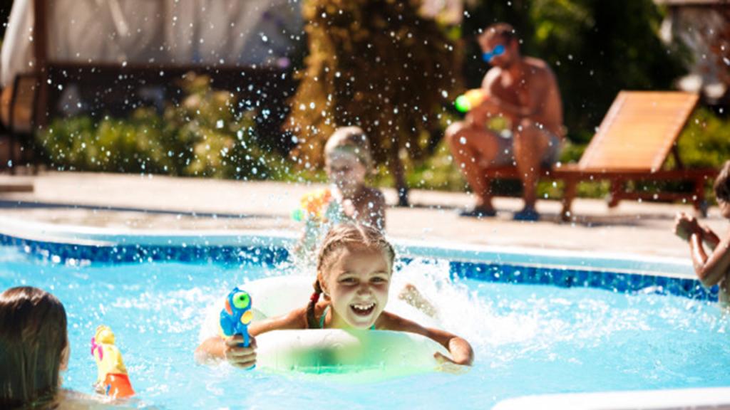 Cho trẻ học bơi thường xuyên